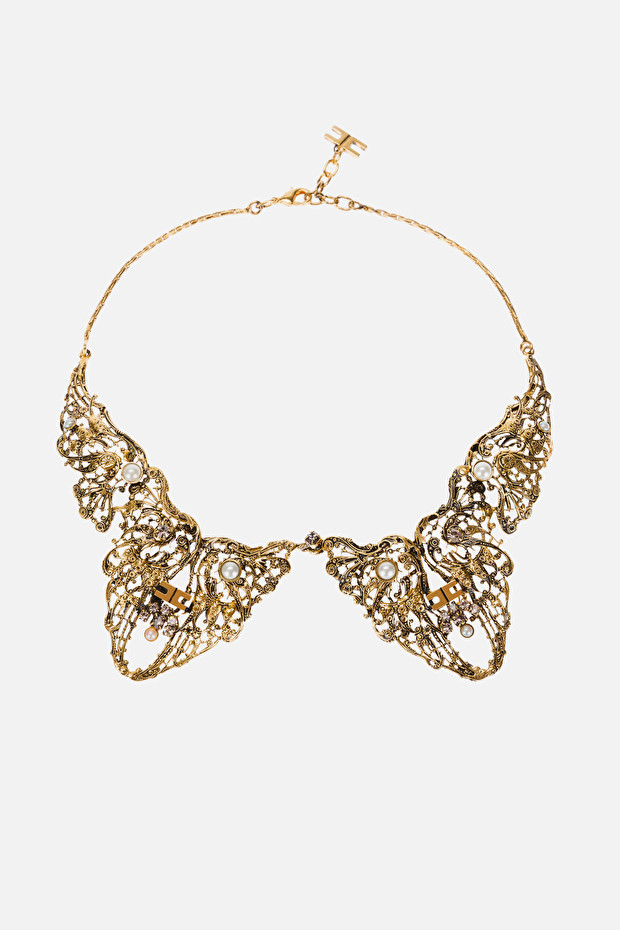 Necklace with collar effect