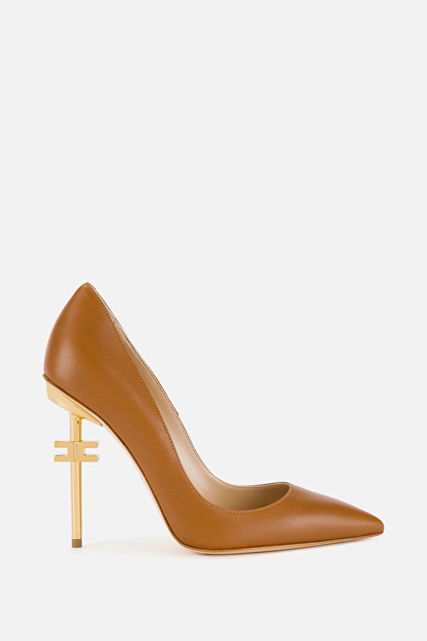 Pumps with logoed heel